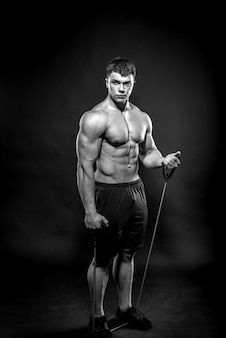 Sexy jonge atleet poseren fitness, bodybuilding, zwart en wit