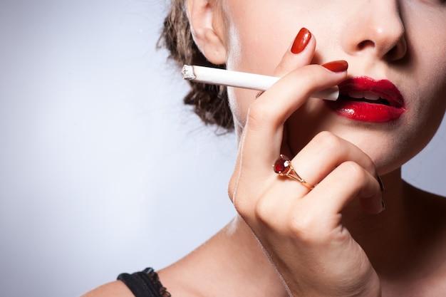 Sexy jonge volwassene die een sigaret rookt