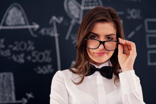 Sexy jonge vrouw die in glazen draagt