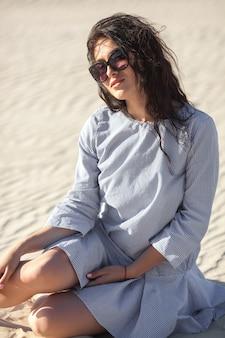 Sexy jonge vrouw in de woestijn. mooi meisje op het zand