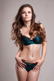 Sexy jonge vrouw in lingerie. zacht licht en kleuren