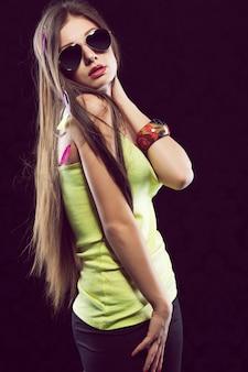 Sexy jonge vrouw in zonnebril poseren