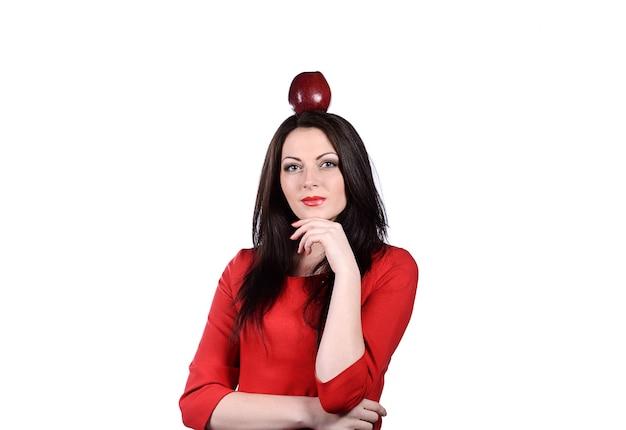 Sexy jonge vrouw met appel op haar hoofd op wit