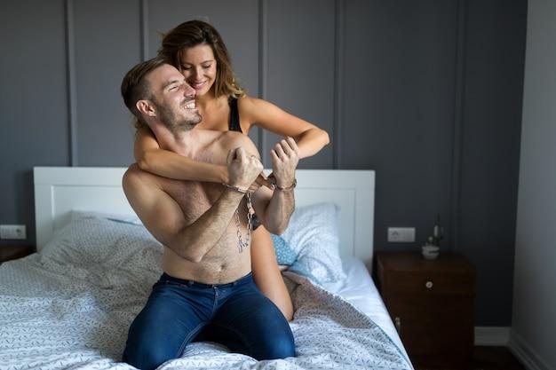 Sexy kaukasisch paar verliefd seksuele spelletjes, man in handboeien