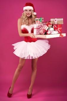Sexy kerstman met stapel kerstcadeaus