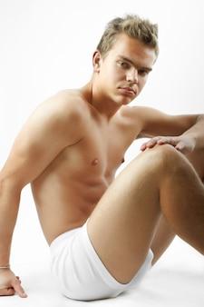 Sexy knap mannelijk model met perfect lichaam