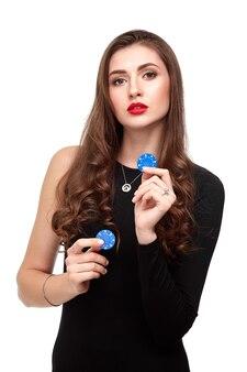 Sexy krullend haar brunette poseren met chips in haar handen, poker concept isolatie op witte achtergrond