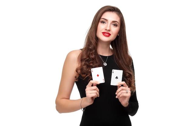 Sexy krullend haar brunette poseren met twee azen kaarten in haar handen, poker concept isolatie op witte achtergrond
