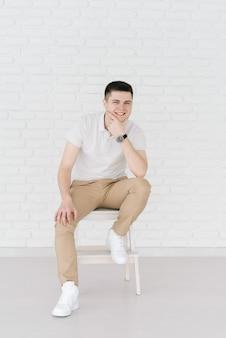Sexy lachende knappe man op lichte achtergrond