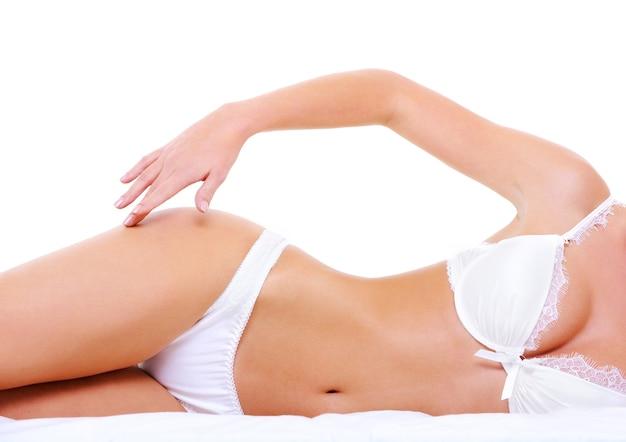 Sexy lingerie op het lichaam van de verleidelijke perfecte vrouw