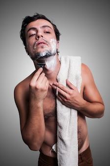 Sexy man die zijn baard scheert