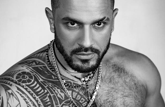Sexy man. mannenmode. zelfverzekerd charisma, succes in een gezonde levensstijl.