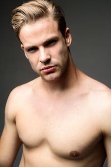 Sexy mannelijk model atletische bodybuilder man gespierde sexy man knappe topless mannelijk model man met