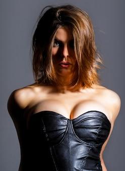 Sexy meid, grote borsten, topless. sensuele vrouwelijke borst. siliconen implantaten. sexy vrouw in erotische fetish slijtage. sexy fetisjkleding. sensueel meisje, borsten, bdsm. vrouw met grote borsten. erotisch topless, borst.