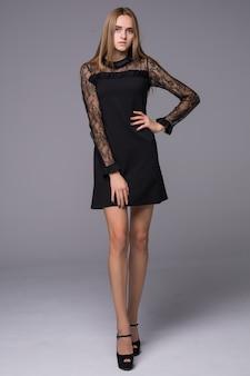 Sexy meisje draagt zwarte korte kanten jurk