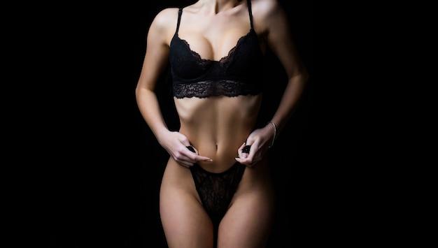 Sexy meisje, kanten ondergoed. sensueel vrouwenlichaam. sexy beha, vrouw in slipje, erotisch. slank meisje met sensueel lichaam, slipje.