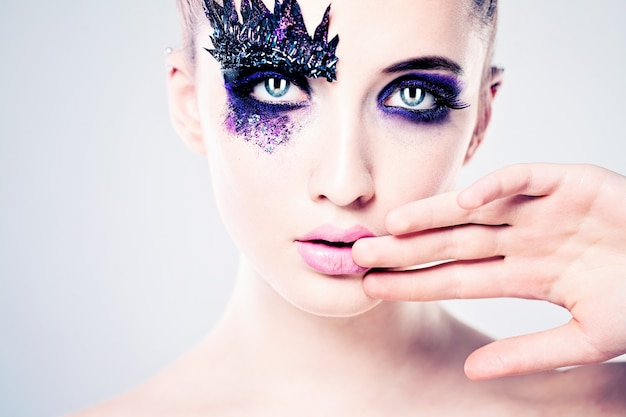 Sexy meisje met creatieve make-up. gezicht close-up