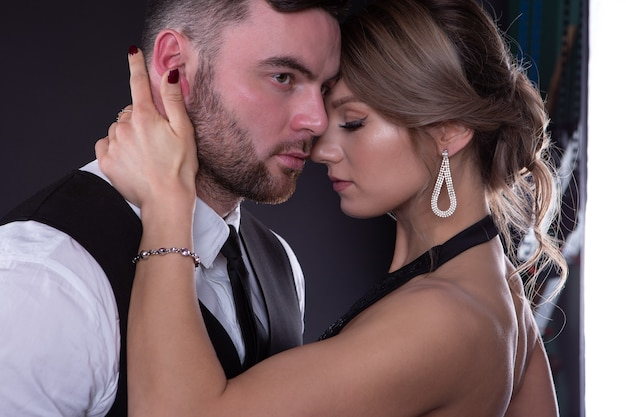 Sexy meisje omarmt zachtjes een man