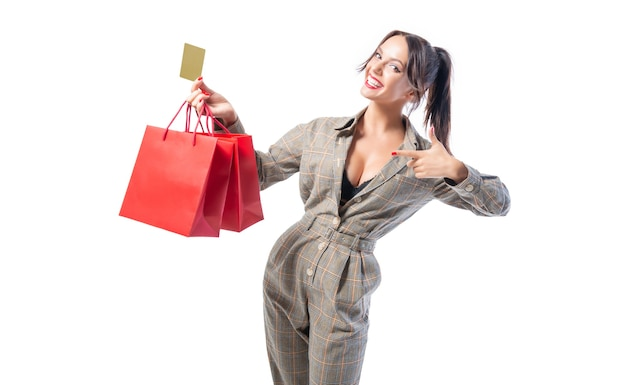 Sexy meisje poseren met een kortingskaart en rode tassen