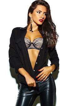 Sexy mode brunette vrouw model in zwarte kleding op wit wordt geïsoleerd