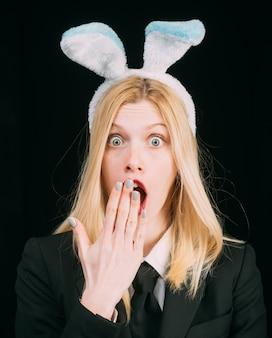 Sexy model gekleed in kostuum paashaas. vrouw konijn paashaas meisje.