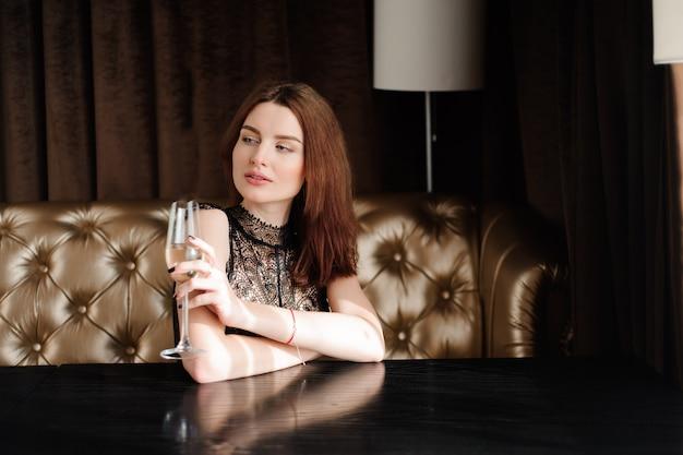 Sexy model meisje met een glas champagne op feestje.
