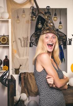 Sexy modellen die zich voordeed op halloween achtergrond. jack-o-lantaarns. halloween-achtergrond. halloween pompoen hoofd jack lantaarn met brandende kaarsen. halloween-feest en grappige pompoen. horror gezichten.