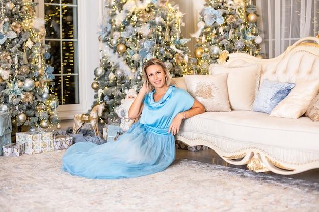 Sexy mooi meisje met luxe dik blond haar op oudejaarsavond