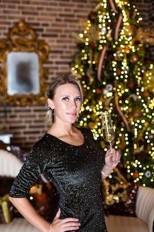 Sexy mooi meisje met luxueus dik blond haar op oudejaarsavond op oudejaarsavond