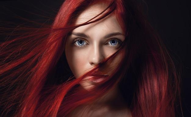 Sexy mooi roodharigemeisje met lang haar