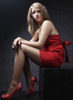 Sexy mooie vrouw in rode jurk