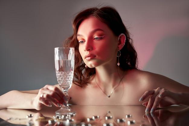 Sexy mooie vrouw met bruin haar. sieraden ringen oorbel.