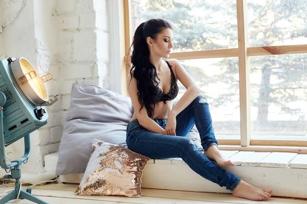Sexy naakt brunette in slaapkamer in lingerie, perfect figuur en lichaam van de vrouw
