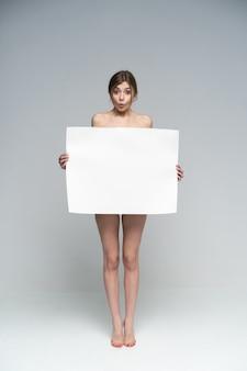Sexy naakt meisje met een poster