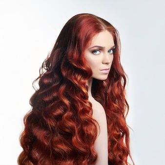 Sexy naakt mooi roodharigemeisje met lang haar