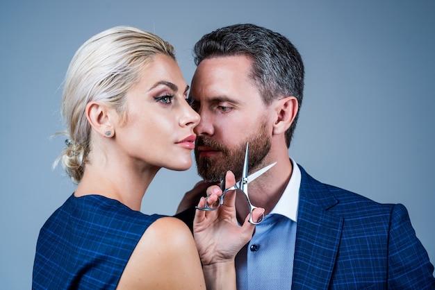 Sexy paar man en vrouw met kapperszaak apparatuur, kapper.