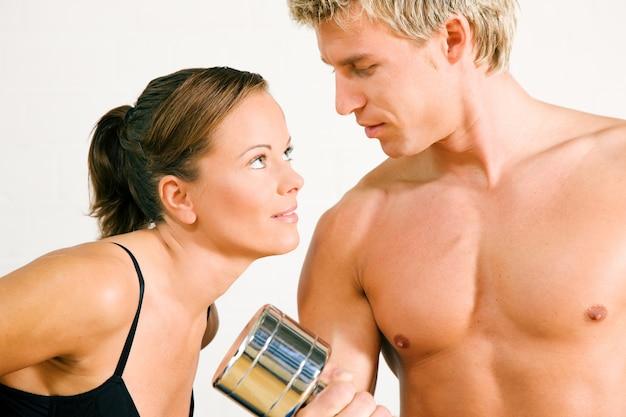 Sexy paar met domoren in de sportschool