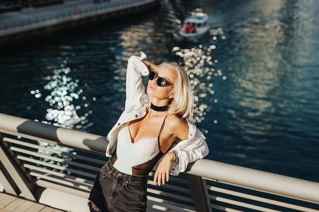 Sexy russische dame in de prachtige toeristische plek stad dubai emiraten in arabische land en stedelijke stad levensstijl. fotografie in beweging beste dekking voor het concept van het toeristenmagazine.