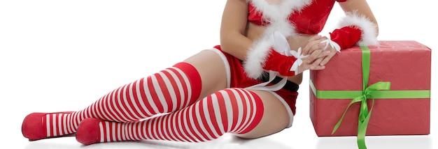 Sexy santa vrouw benen geïsoleerd