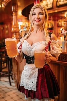 Sexy serveerster in retro uniform houdt mokken bier