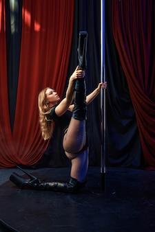 Sexy showgirl op het podium, paaldansen