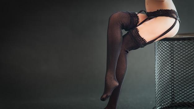 Sexy siliconen pop vrouwtje in zwarte kanten lingerie en kousen