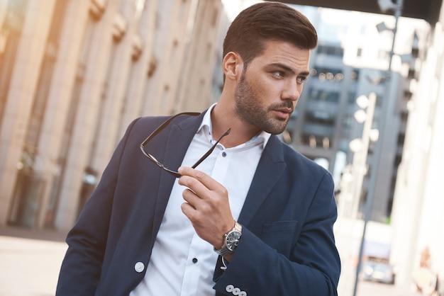 Sexy stijlvolle man met zonnebril stadsstijl een mooie en charmante man met zonnebril buitenshuis