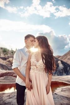 Sexy verliefde paar zoenen en knuffelen op de achtergrond van prachtige bergen