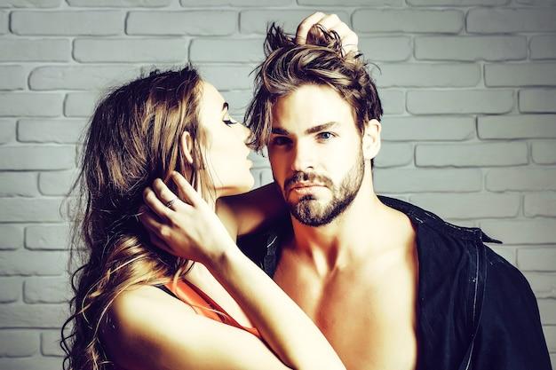 Sexy verliefde sensuele geliefden kussen