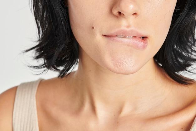 Sexy vrouw die op haar lip bijt
