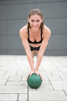 Sexy vrouw doet push up op een bal