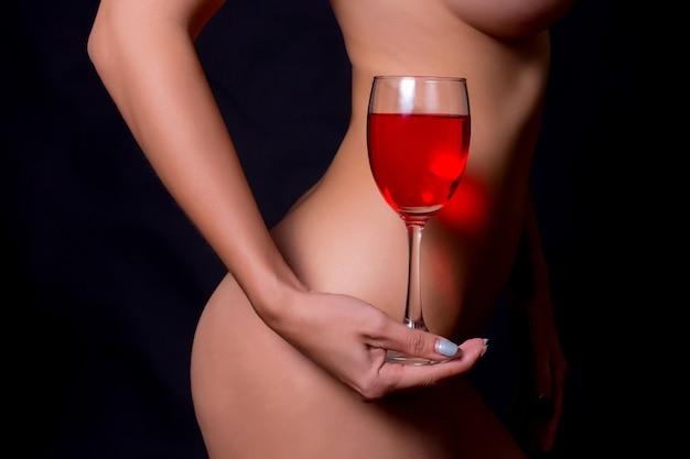 Sexy vrouw en de wijnstokglazen