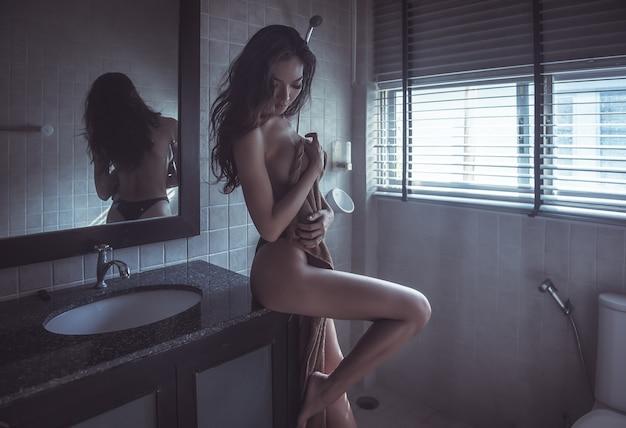 Sexy vrouw in de badkamer