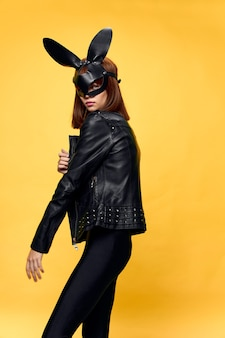 Sexy vrouw in konijnmasker en zwart pak, verleiding